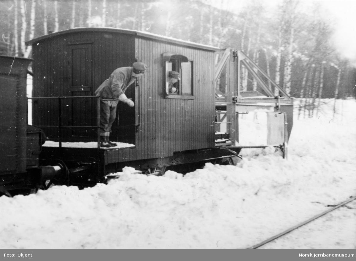 Snørydding med snøskrape på Flå stasjon