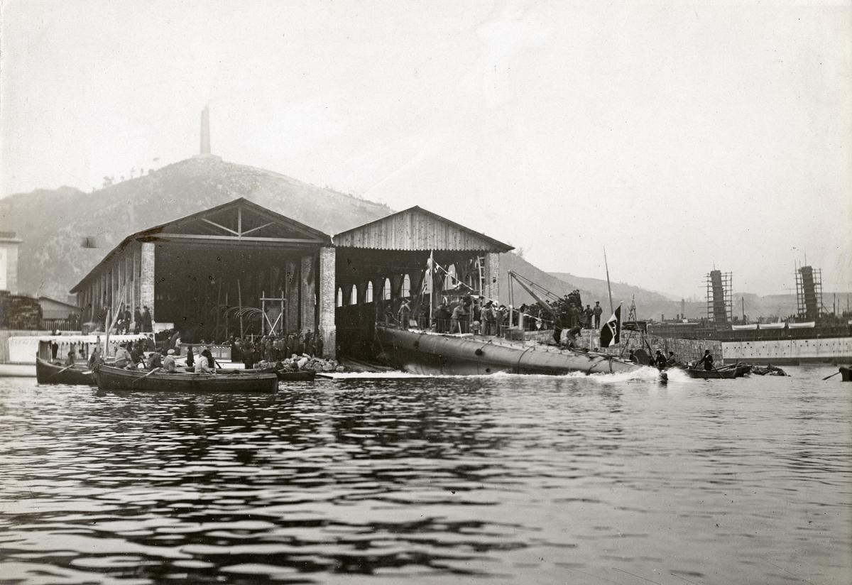 Ubåten HVALENs stapelavlöpning (sjösättning av nybyggt fartyg från stapelbädd) 16:e Februari 1909. I aktern hänger den italienska flaggan.