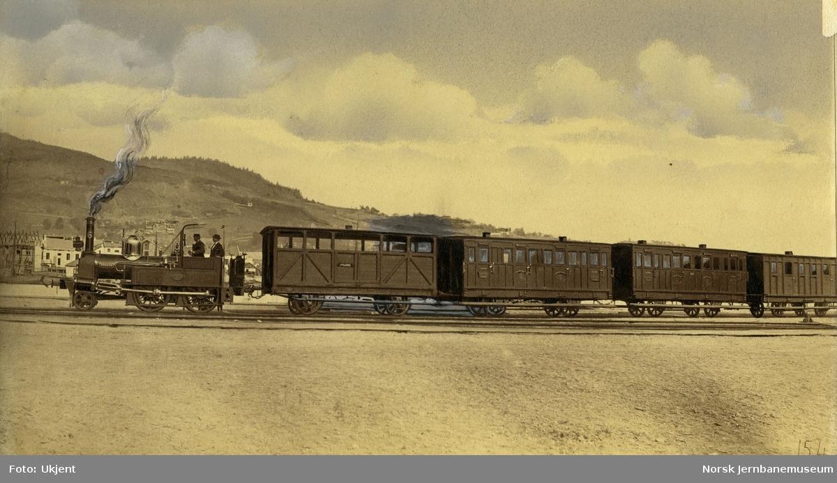 """Damplokomotiv type III nr. 6 """"Røskva"""" med persontog"""