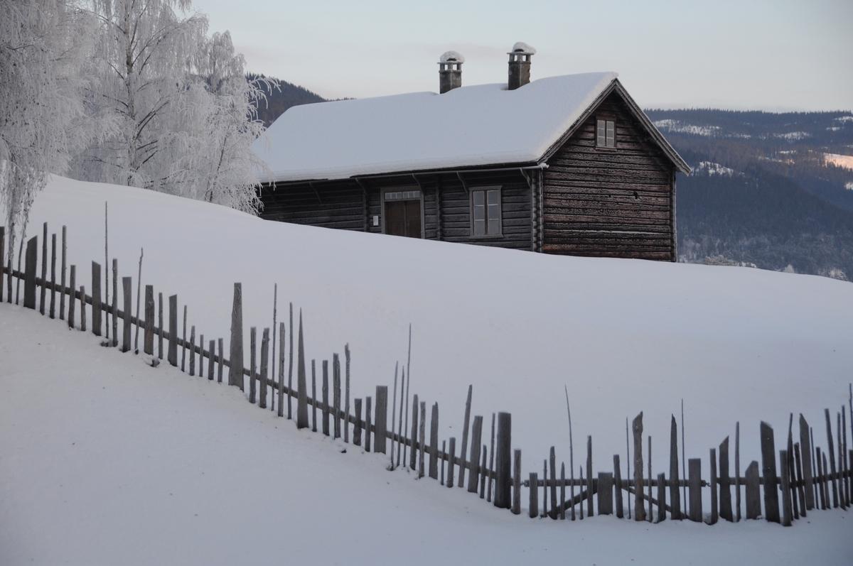 Kombinert skulehus og lærarbustad bygd i 1867–1868 i Vestre Slidre. Oppsett på Valdres Folkemuseum i 1942. Fyrst som eige skulemuseum drifta av Valdres ped. Samfunn.