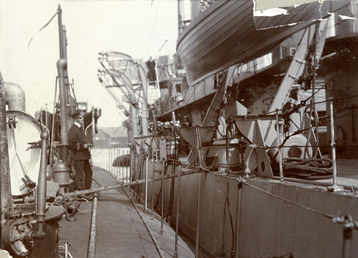 Ubåten HVALEN förtöjd vid ett örlogsfartyg.