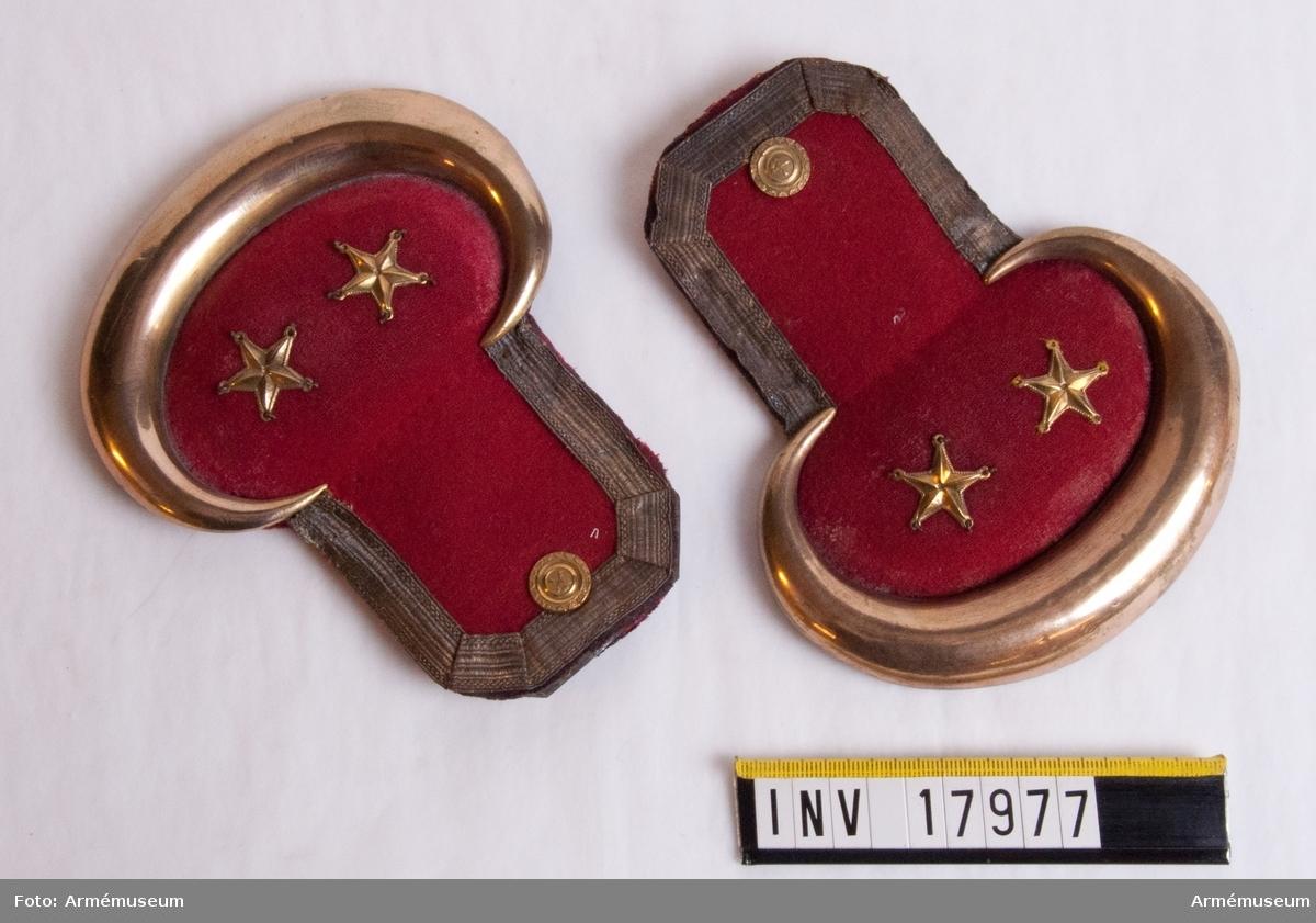 Grupp C I. Epåletter för officer, löjtnant, till indelta infanteriet (utom grenadjärtrupper) och Dalregementets fältjägare, med för 2. militärinspektionen fastställd röd färg på matta foder.