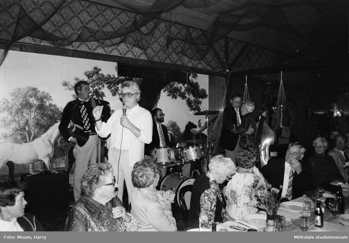 """Kållered PRO firar 10-årsjubileum på Kållereds Värdshus, år 1983. """"En populär underhållare var Kjell Kraghe med Allan Levins orkester.""""  För mer information om bilden se under tillägginformation."""
