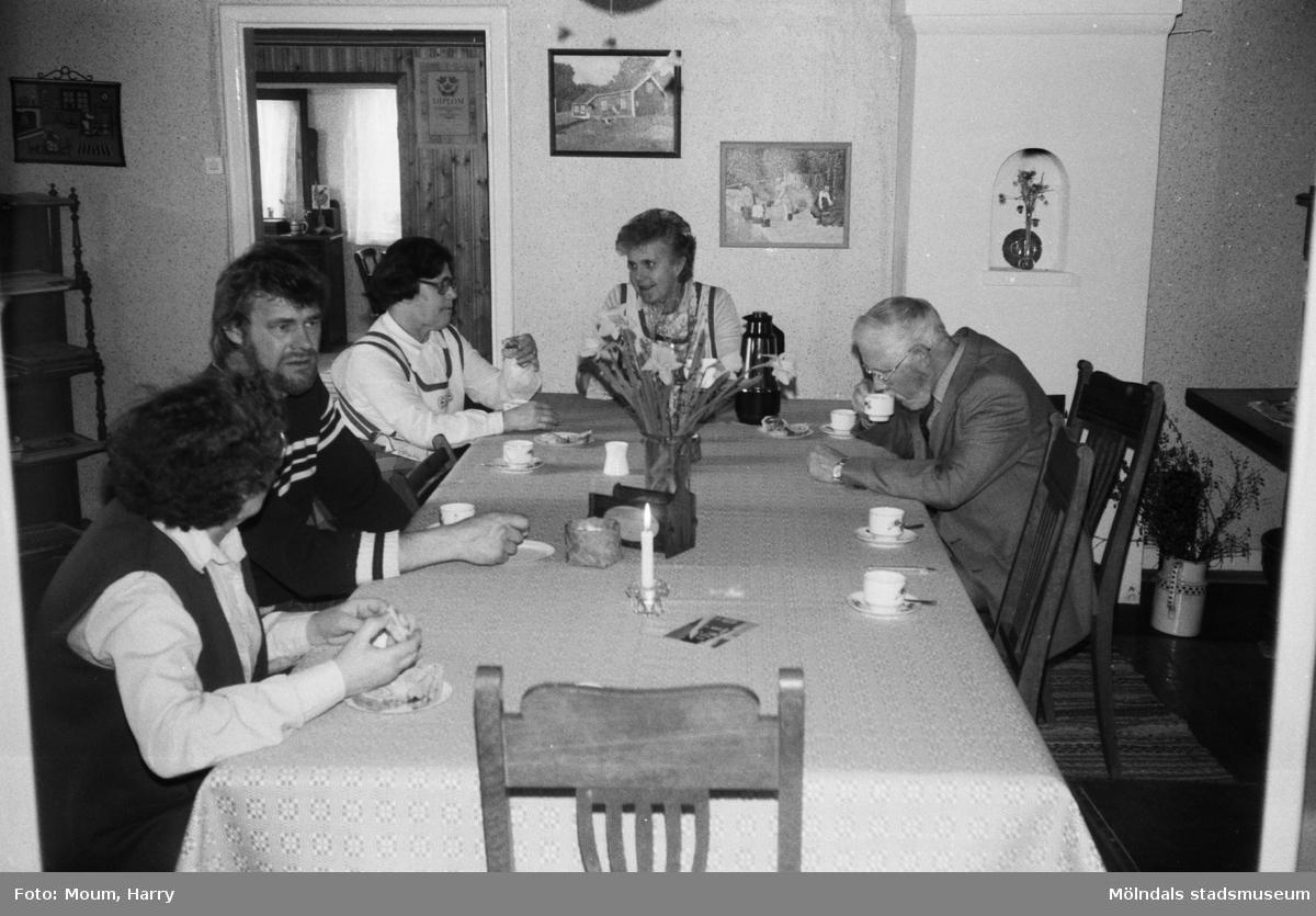 Kvinnor och män som fikar på hembygdsgården i Långåker, Kållered, år 1983.  Fotografi taget av Harry Moum, HUM, Mölndals-Posten, vecka 41, år 1983.