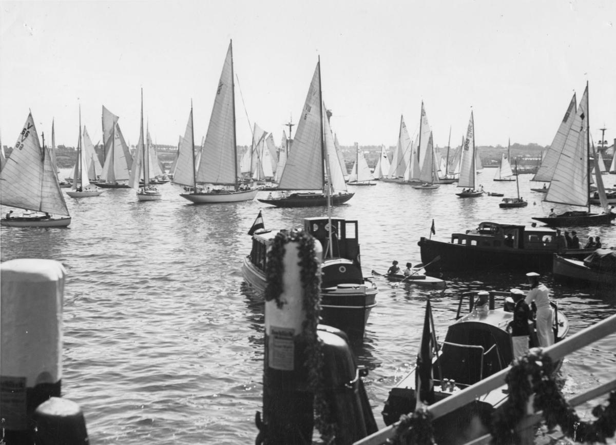 """Övrigt: Duplett i KSSS-samlingen Fo133235. Foto från Stockholms-Tidningen från Kielregattan 16 juni  1934; tidsangivelsen """"1936"""" på baksidan beror på förväxling med de olympiska seglingarna i Kiel två år senare. Då de tillgängliga seglingsprotokollen från Kielregattan är fragmentariska har inte någon av båtarna på bilden kunnat identifieras."""