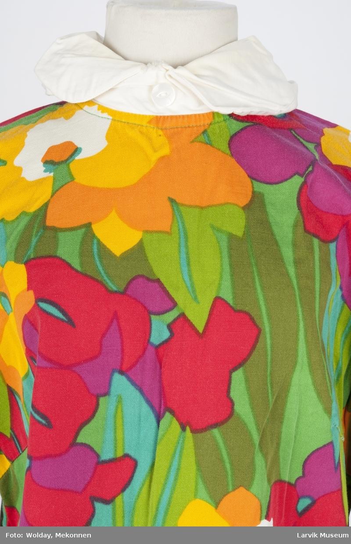 Trykket blomster- og bladmotiv (bakgrunn)