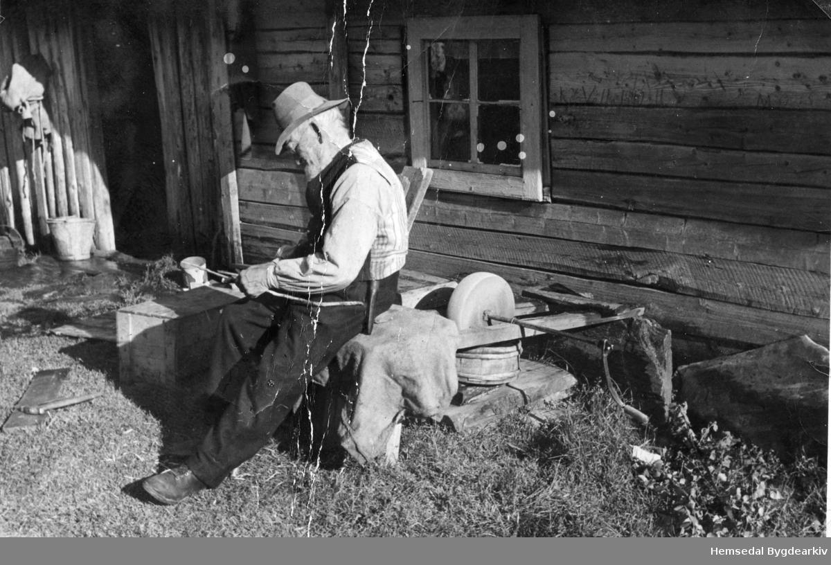 John W. Wøllo på slipesteinskrakken sumaren han fylte 90 år, 1942.
