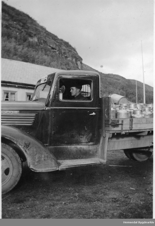 Mjølkeruta, Dodge årsmodell 1937-38,  ved Wøllo i Hemsedal. Trond Wøllo ved rattet.