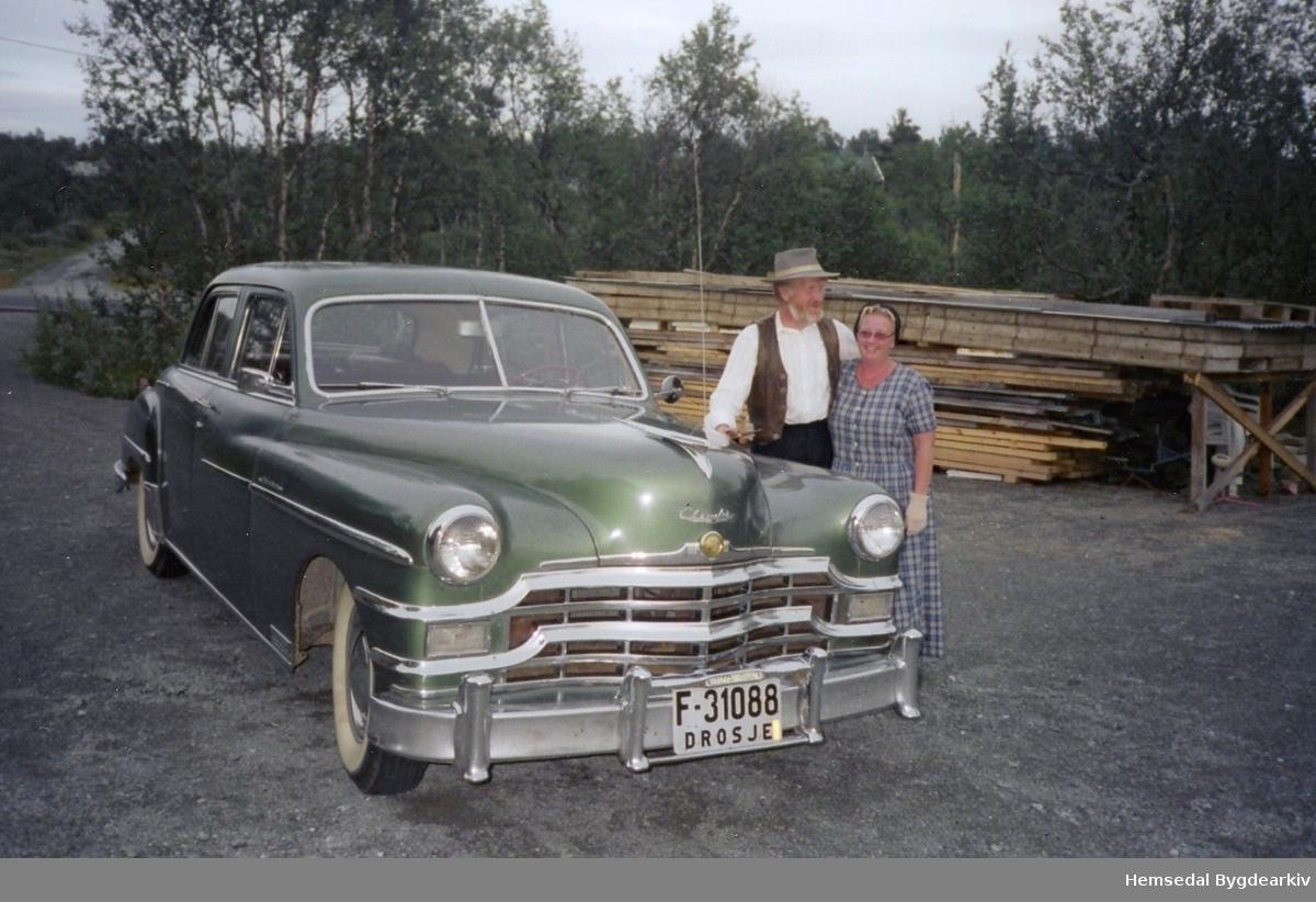 Solveig - og Helge Frydenlund skal ut og køyra veteranbil i 2006 frå Dalene i Eikre i Hemsedal.
