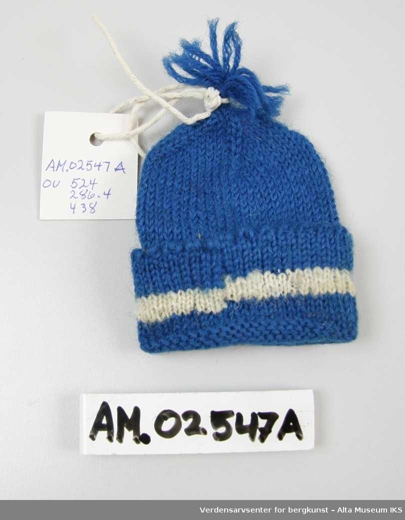 Form: A) Topplue / B) Kvadratisk sjal m/frynser. Blå lue m/hvit bord / Rødt sjal