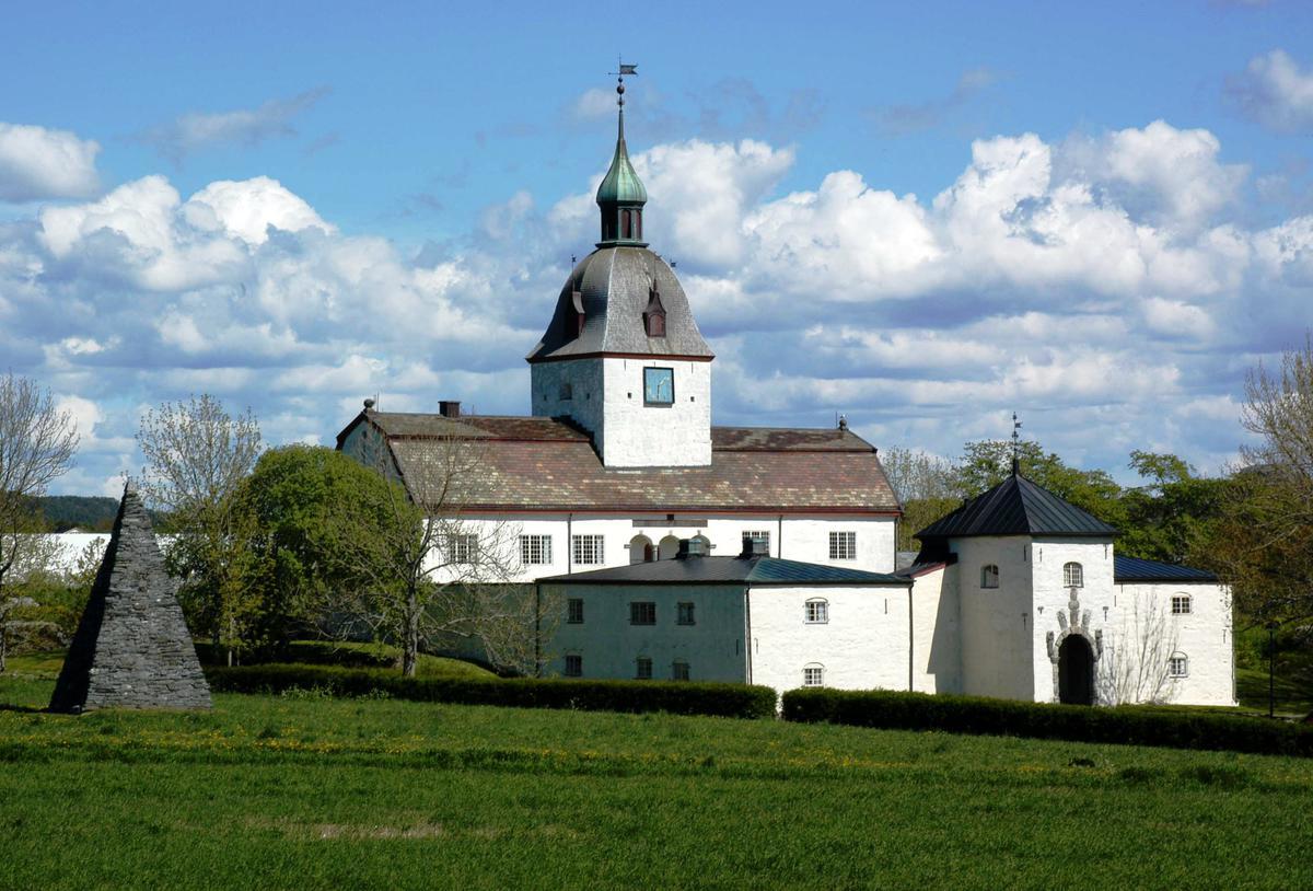 Slottet på Austrått i sommerlige omgivelser (Foto/Photo)