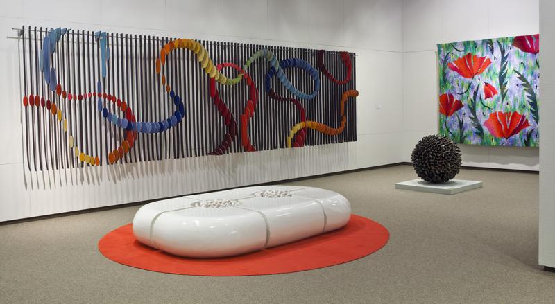 Kunsthåndverk på gulv og vegg utstilt i museets underetasje (Foto/Photo)