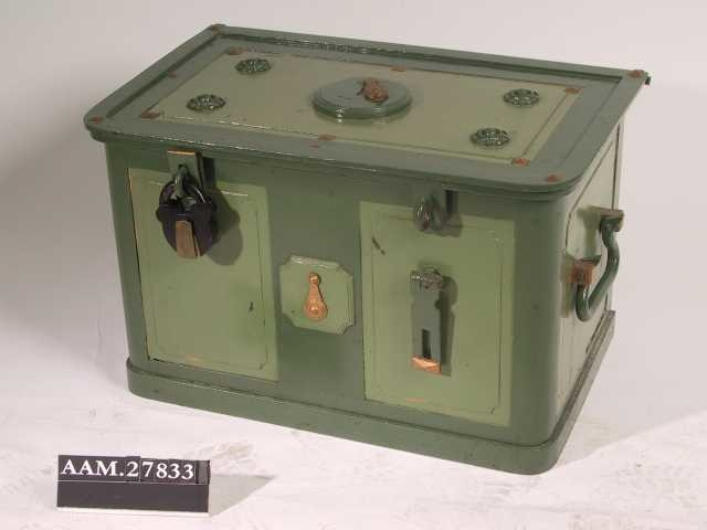 Kisteform, solide håndtak i endene, hengelås og innebygd lås.