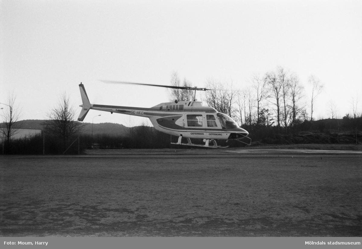 Lindome centrum firar 10-årsjubileum, år 1983. Helikopteruppstigning.  För mer information om bilden se under tilläggsinformation.