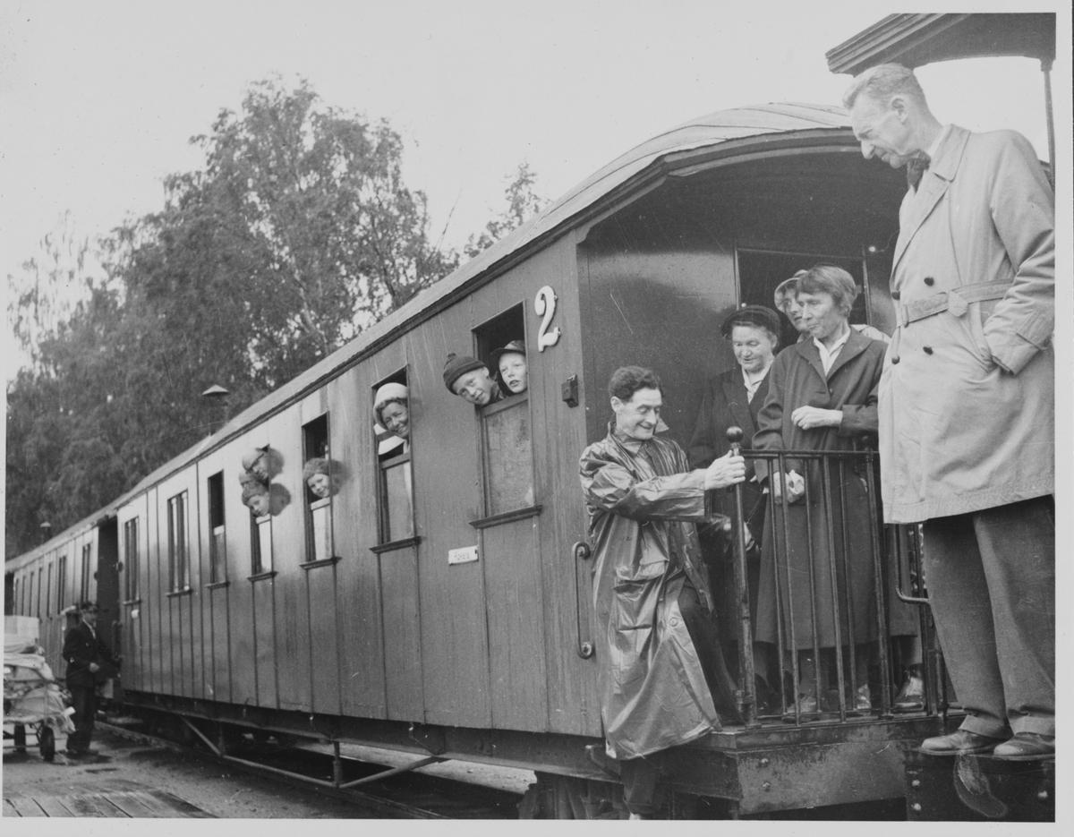 Siste tog siste driftsdag har ankommet Sørumsand stasjon. Tralle med post t.v.