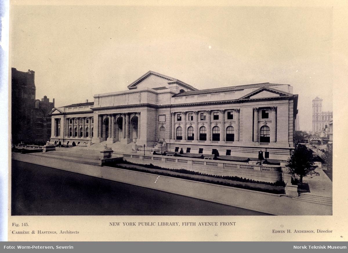 Oversiktsbilde av New York Public Library, Fifth Aven.  Avfotografert.
