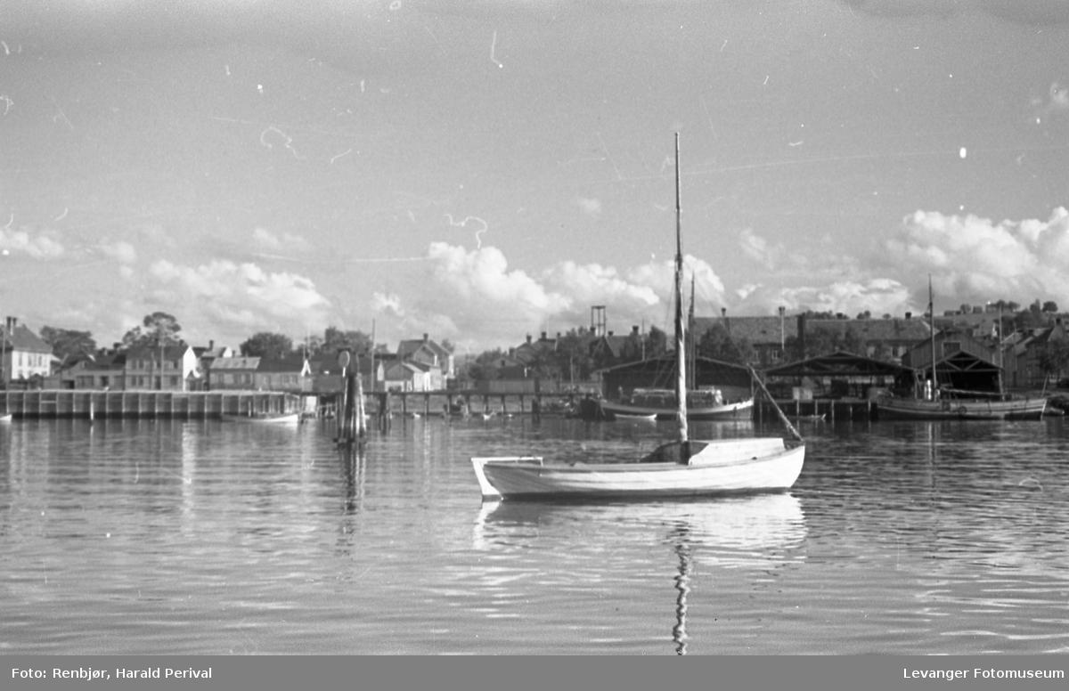 """Ulike båter med bydelen """"Rotterdam"""" til venstre i bildet"""
