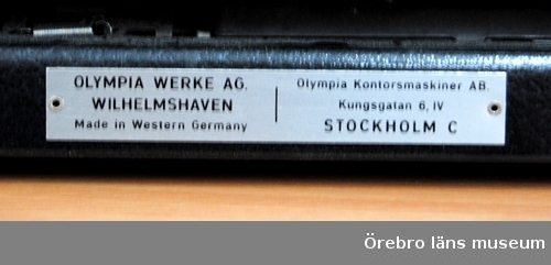 Svart, liten reseskrivmaskin.
