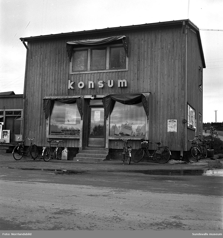 Gamla Konsum i Bergsåker med utställning av vedspisar på lastbryggan.