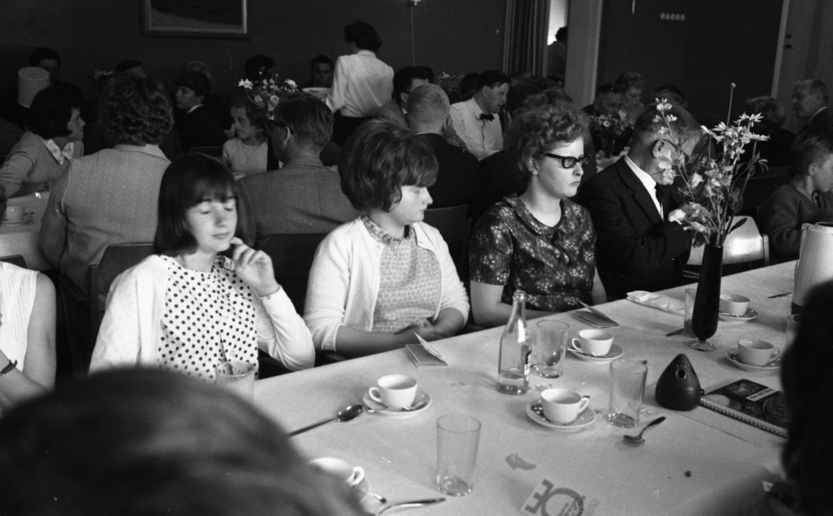 70 talets måltid, sommar fam. 16 juni 1965Sällskap intar måltid vid dukat långbord.