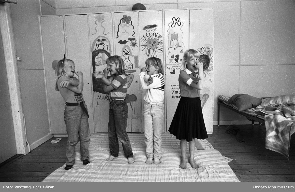 Sista Ammenäs sommaren? 28 juli 1981.Oro för att kolonin i Ammenäs skulle avvecklas från Örebro kommuns verksamhet.De kommunala partierna ansåg generellt - de borgeliga partierna med Centern i spetsen drev frågan - att  koloniverksamheten var för dyr. Istället föreslogs att ekonomin skulle investeras i Ånnaboda.