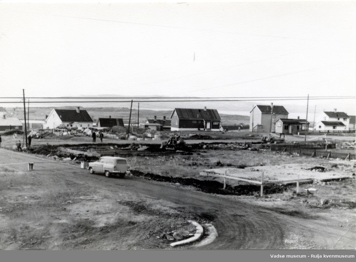 Boligområde i Vadsø under gjenreisingstiden etter andre verdenskrig. Vadsøøya i bakgrunnen.