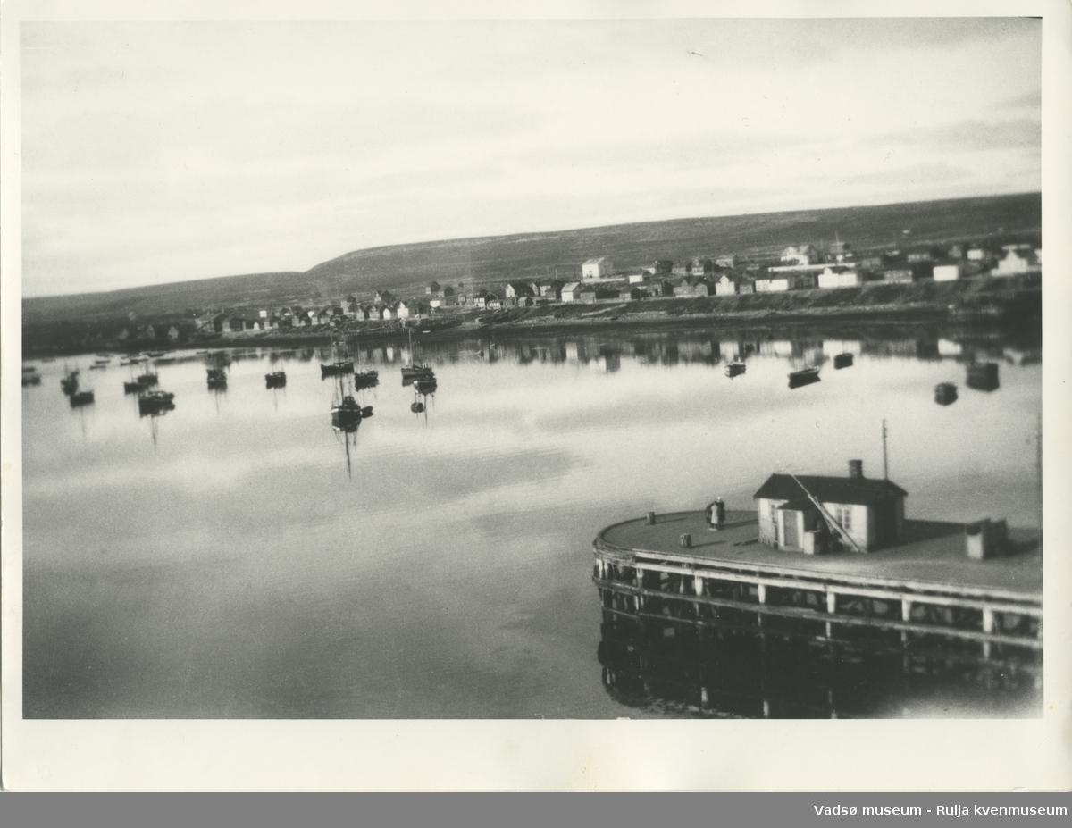 Indrebyen i Vadsø før krigen en gang. Sett fra sørøst, med havna i forgrunnen.