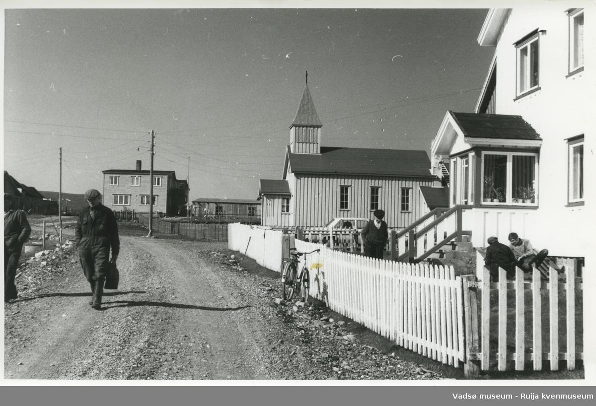 Hverdagsbilde fra Skallelv 1970. Huset til høyre er Peder Bietilæ sitt, nå i Arild Bassos eie. Ovenfor ses kirka.