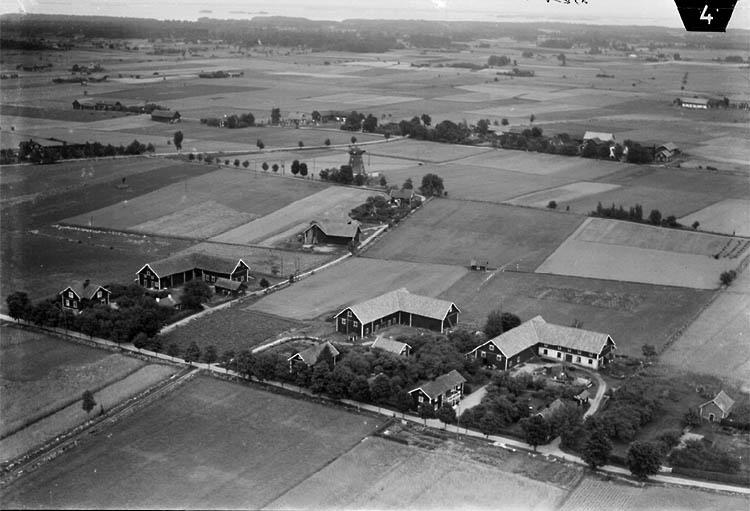 Flygfoto över Mörby södra, bostadshus och byggnader. Täbykvarn i bakgrunden.