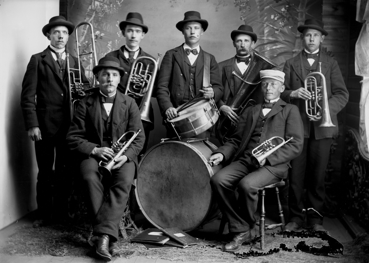 """Svennevads musikkår omkring 1895. (Identifieringen av personerna finns i Erik Hallbergs skrift """"Svennevads musikkår"""")"""