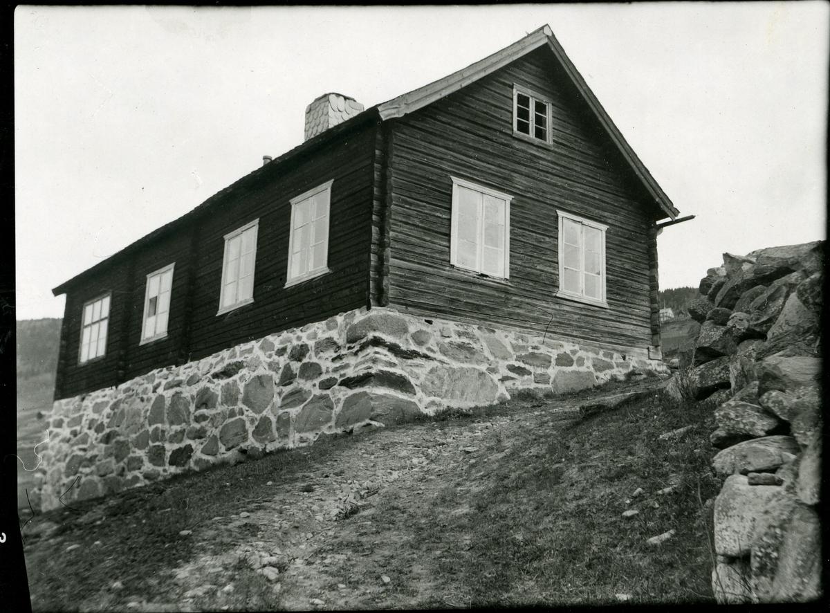 Gamle Høyne skule, Vestre Slidre. Bygd i 1867-68. Oppsatt på Valdres Folkemuseum i 1942.
