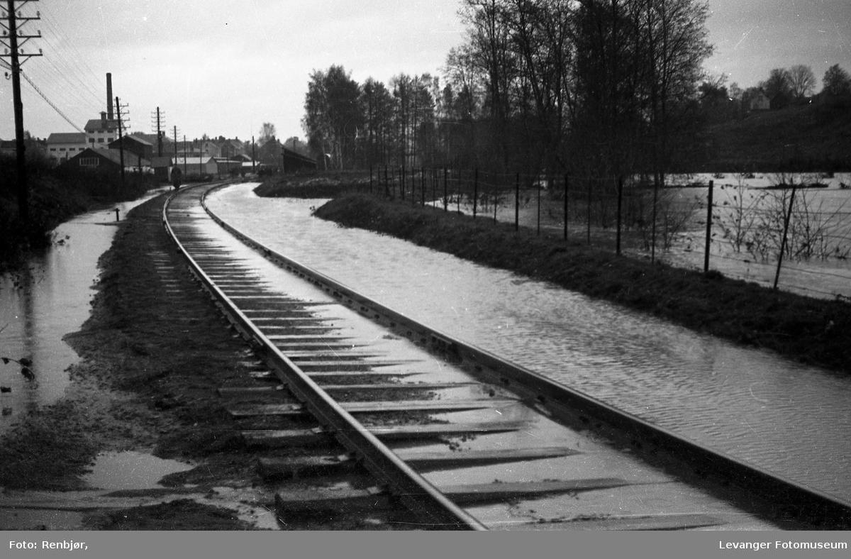Levangerelva flommer over sine bredder og inn i byen. Jernbanesporet sør for byen.