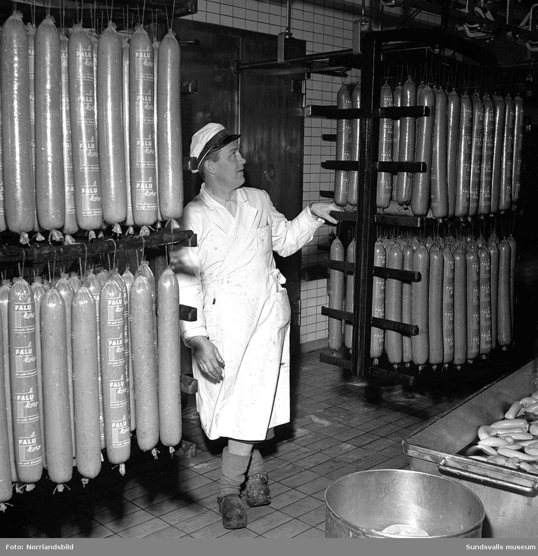 """En stor serie bilder från verksamheten på Kps bageri och charkuterifabrik vid Landsvägsallén för ett reportage i """"Vår Tidning""""."""