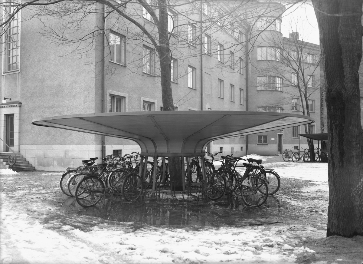 Bostadshus, cyklar i cykelställ. Vid kortänden av Nämndhuset ut mot Vasagatan Byggnadsnämnden.