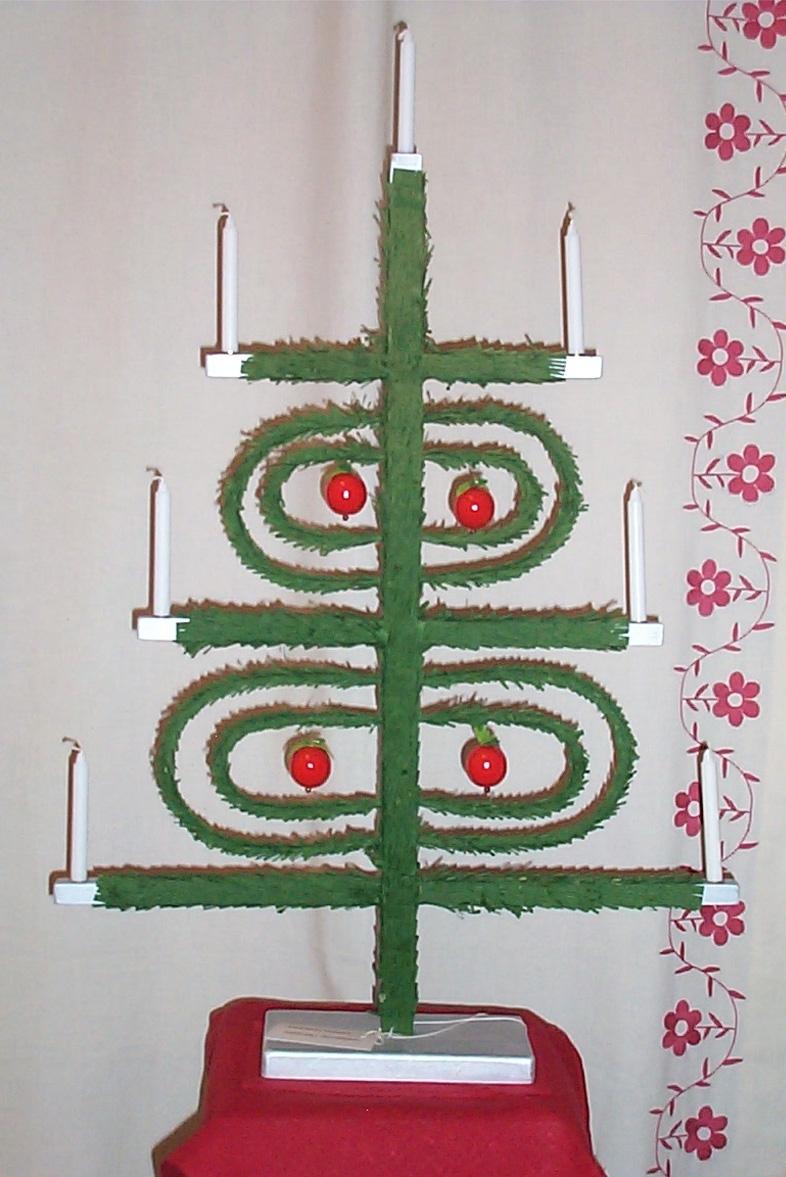 Julträd från Knäred, stomme i trä och vidjor. klätt med grönt creppapper , i vidjorna 4 st rödmålade äpplen i trä, plats för 7 st julgransljus fot målad med silverfärg