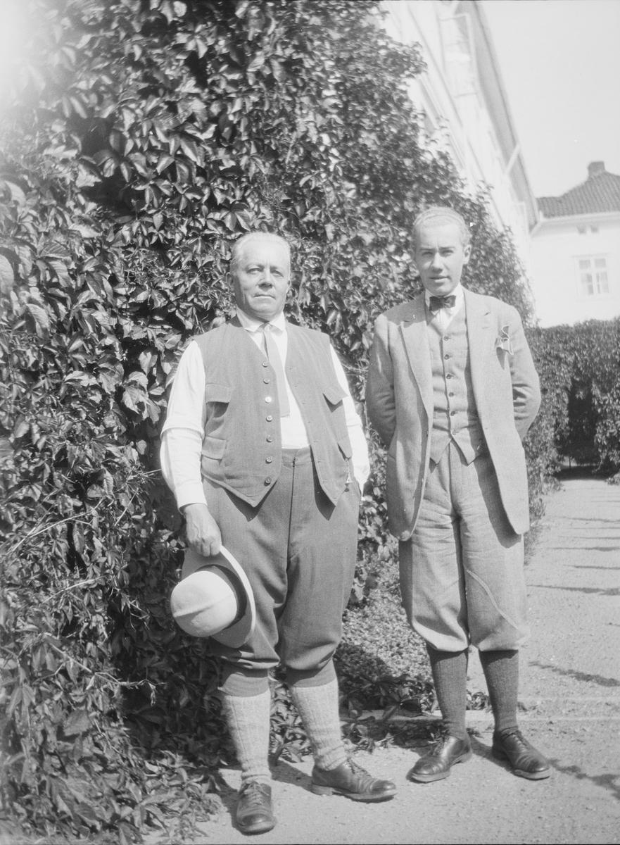 Christian Pierre Mathiesen sammen med sønn Iacob Ihlen Mathiesen utenfor hovedhuset på Linderud Gård.