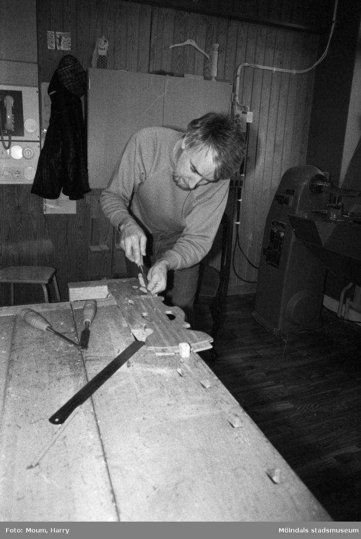 Kurs i lindomesnickeri i Sinntorpsskolans slöjdsal i Lindome, år 1983. En man som tillverkar göteborgsstolar.  För mer information om bilden se under tilläggsinformation.