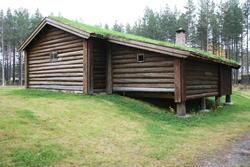 Seterstua på Melgårdssetra sett fra sør. Utbygget rommer mjølkebu. (Foto/Photo)