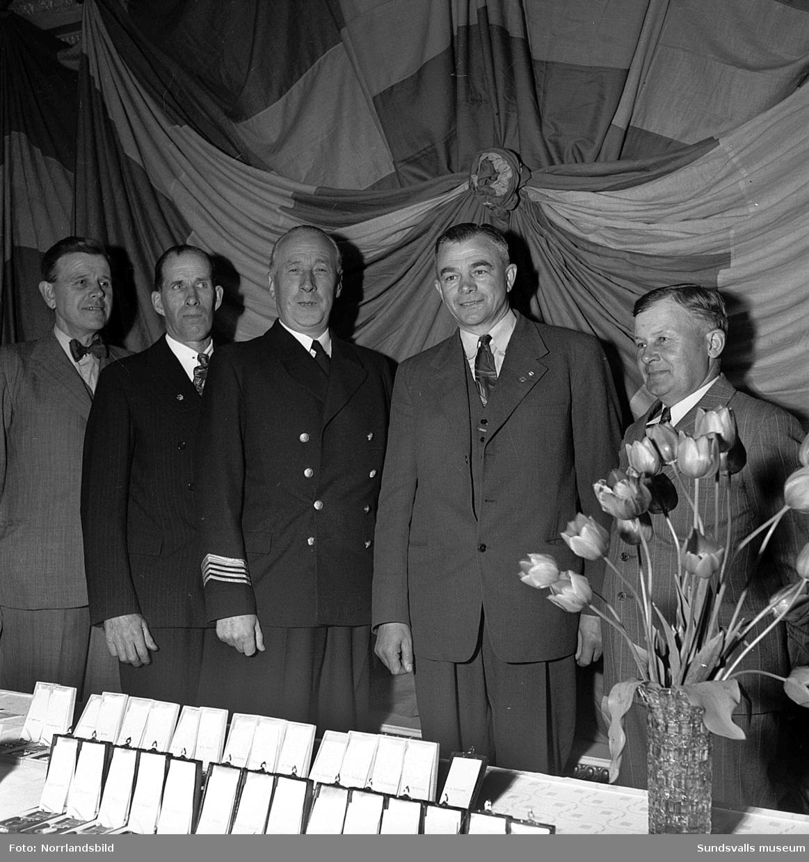 Medaljutdelning till järnvägsveteraner.