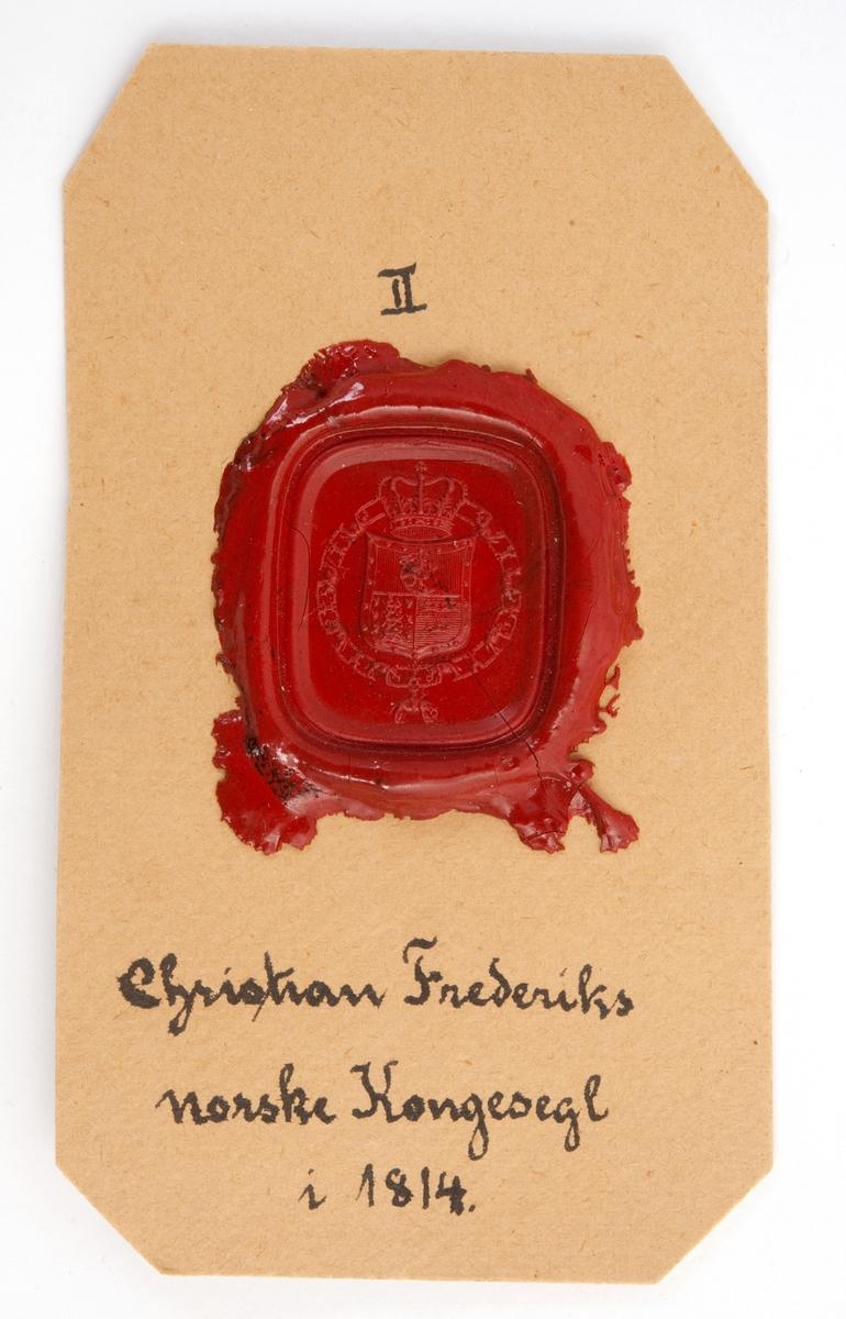 Tre avtrykk av Christian Frederiks norske kongesegl i 1814, i rød lakk på papp.