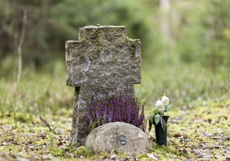 Gravstein i korsform. Graven er nummerert med nr. 9