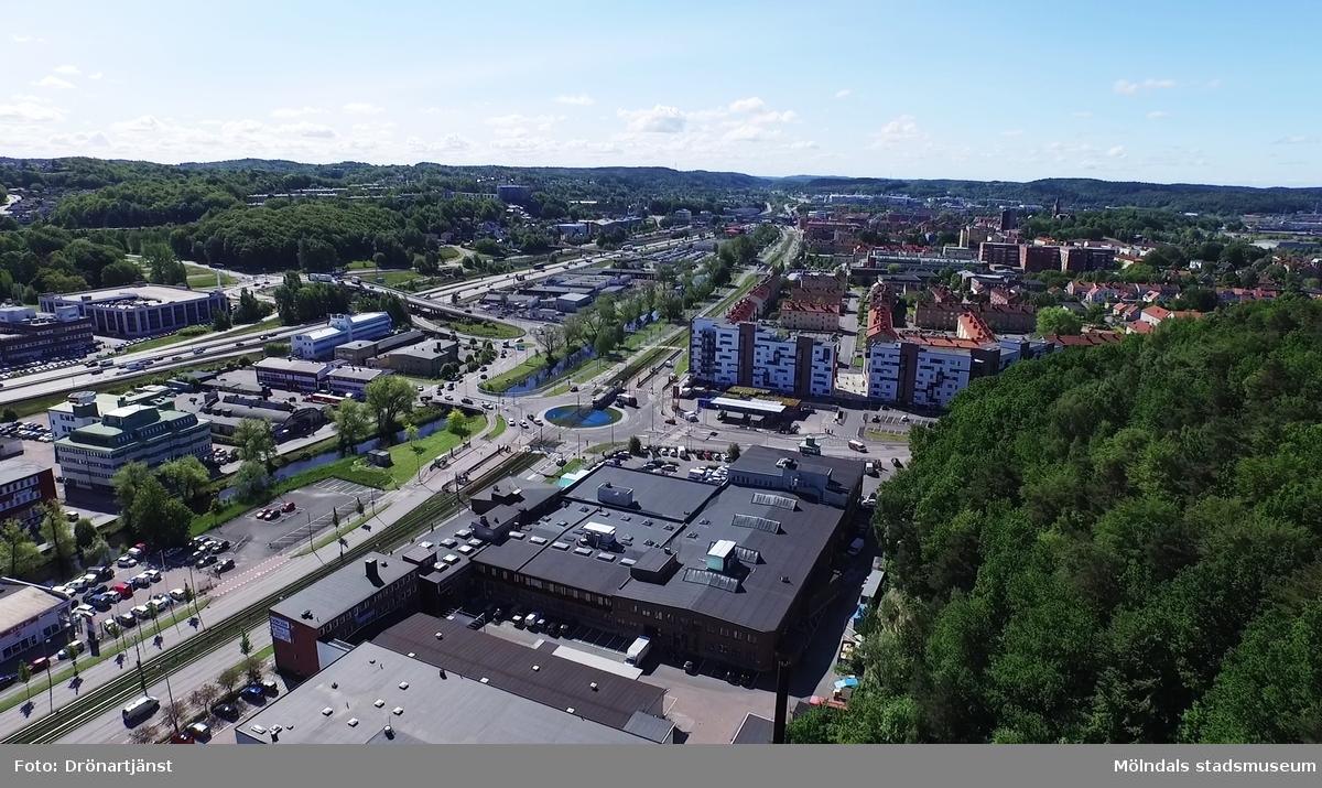 Flygfilm tagen med drönare som visar stadsdelen Bosgården och Lackarebäcksmotet i Mölndals kommun, år 2015.