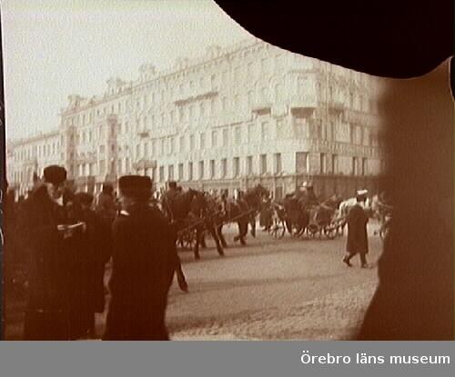 Hästskjutsar och folksamling