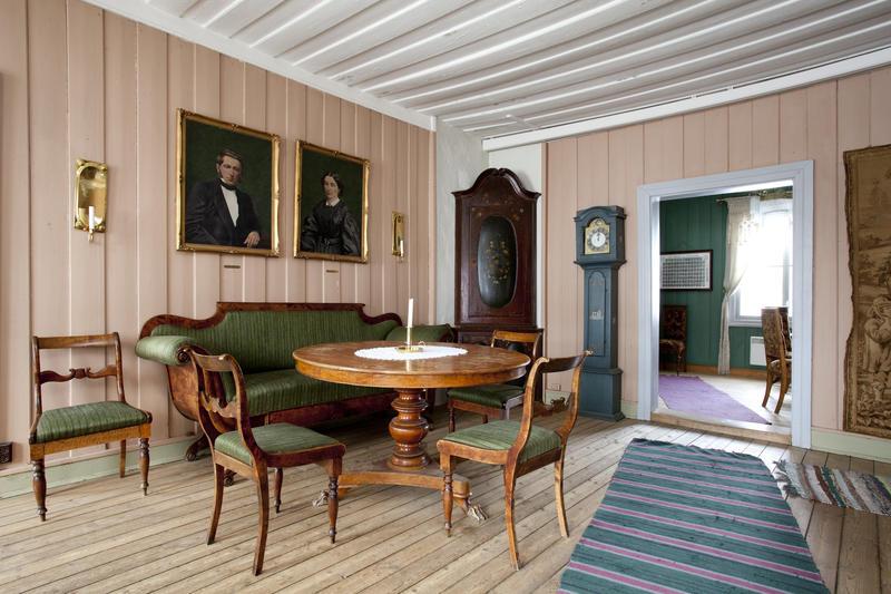 Spisestuen, med malerier av det siste presteparet Otto og Anne Margrethe Ottesen over sofaen. (Foto/Photo)