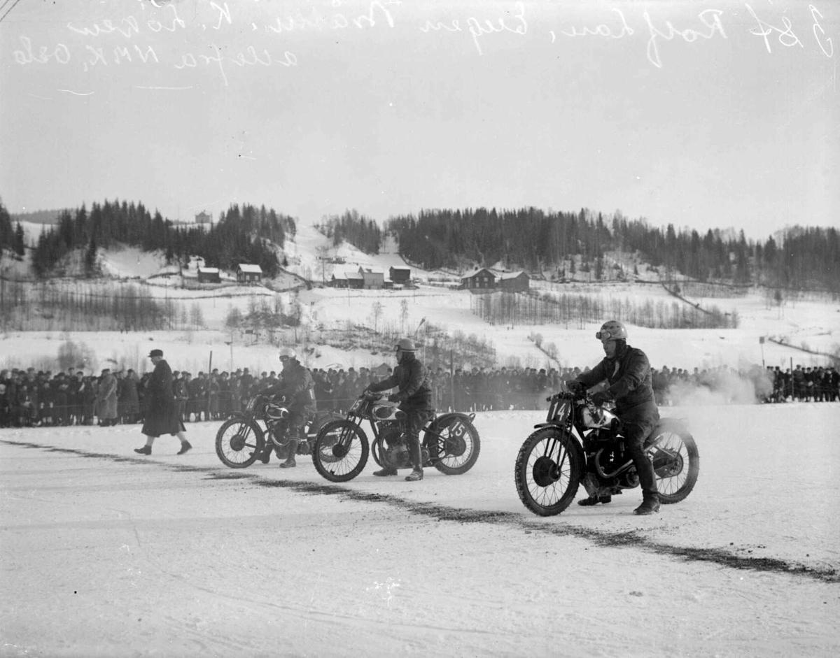 Mjøsløpet 1933. Motorsykler med menn. Hus i bakgrunnen.  .