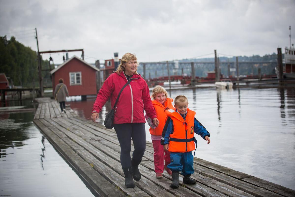 Dame med to små barn går på flåteganger (Foto/Photo)