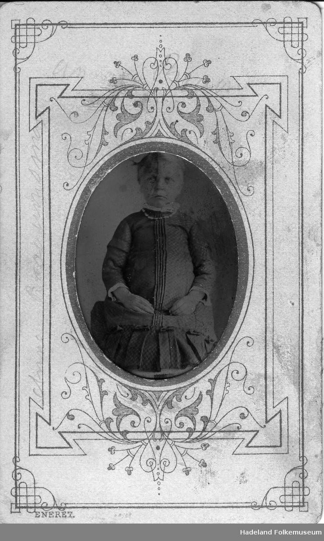 Portrett av Anne Bråumsmoen, som lita jente.