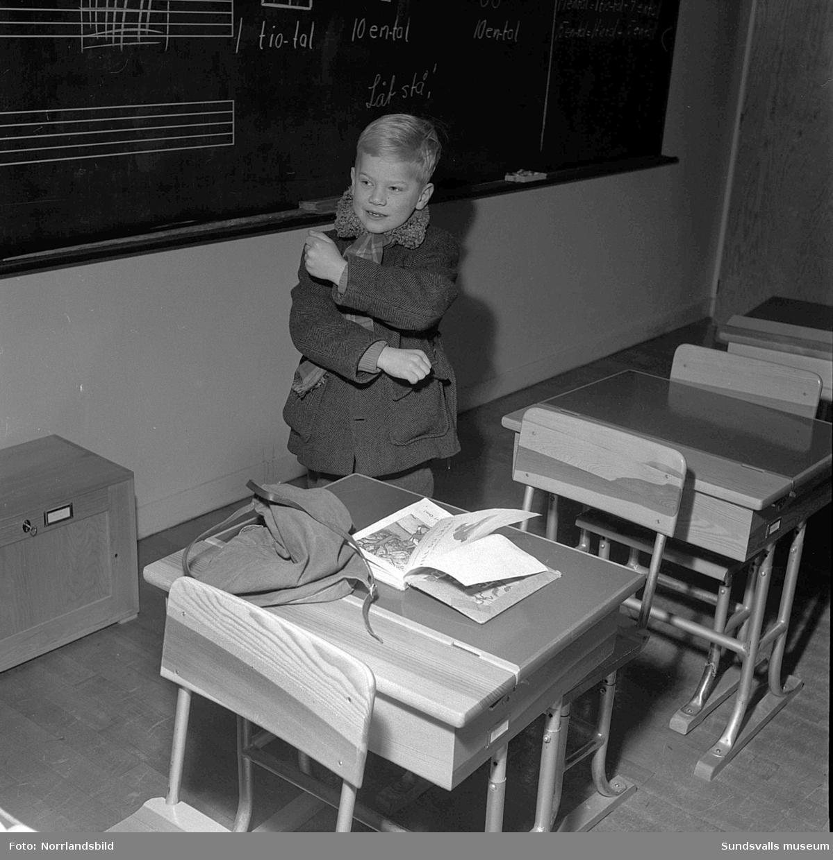 Barnen och fröken fryser i utkylda skolsalar på Gustav Adolf-skolan 1951.
