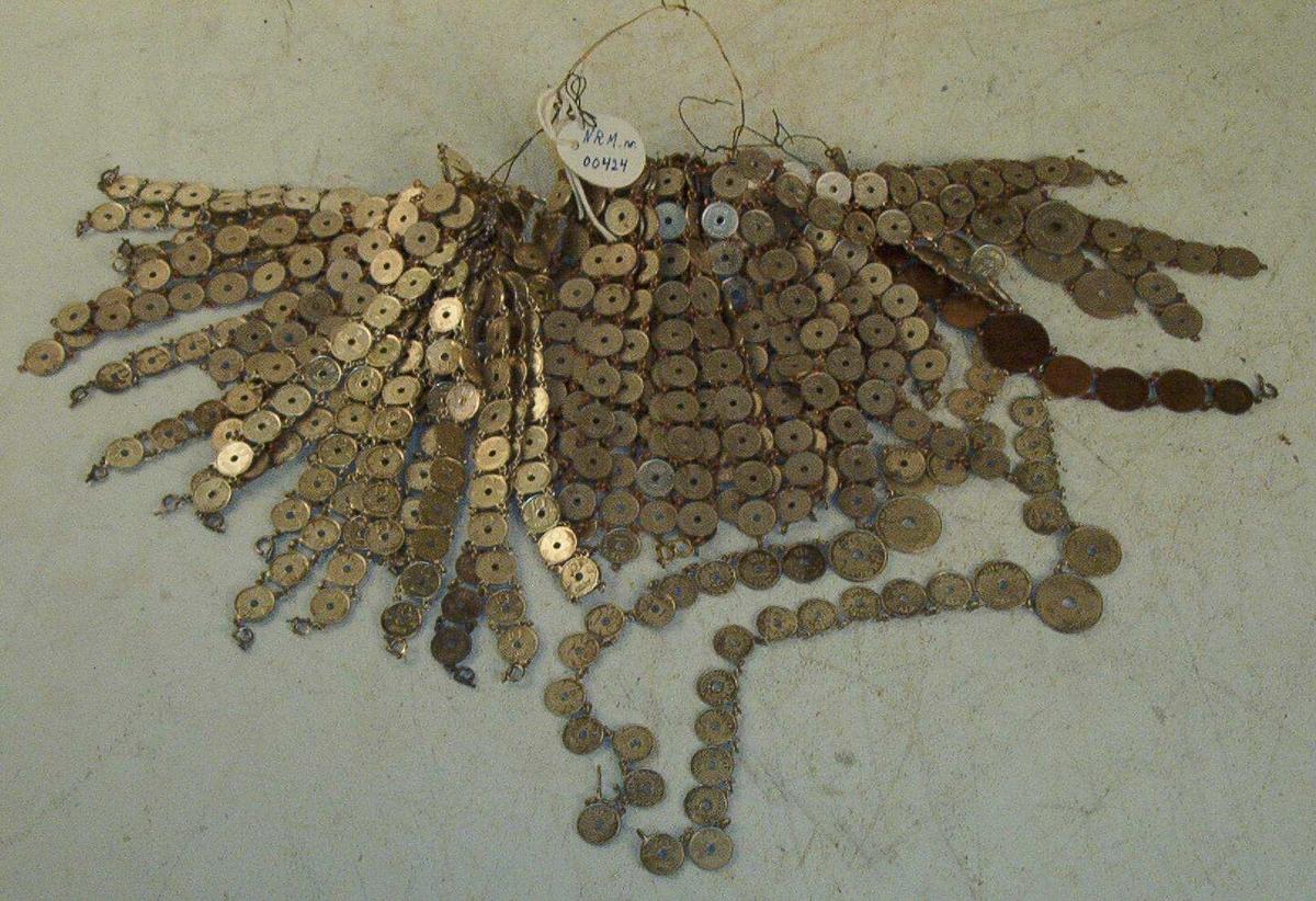 Smykker laget av mynter (fangearbeid) 33 lenker med 10 stk tiøringer + 30 i forskjellige lengder + 7 i forskjellige lengder