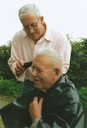 Ny frisyre? Tor Helge Undheim (1943 - ) klipper naboen Aksel